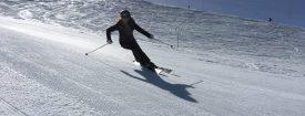 skieuse-intermediaire-débutante-progression-ski-piste-performance-accroche-efficacité-montagne