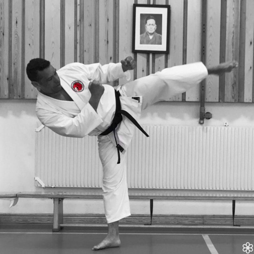 Sempai Eliadesi Östberga Karateklubb visar upp en yoko geri