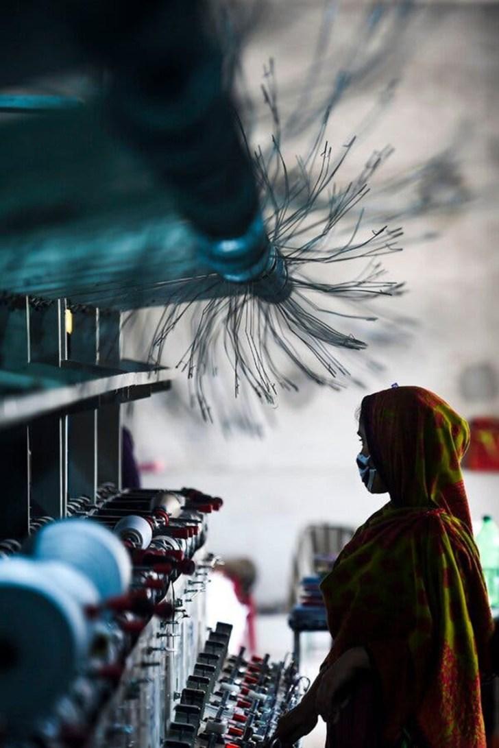 Một công nhân đeo khẩu trang trong một nhà máy may mặc ở Dhaka, Bangladesh, trong cuộc cấm vận do chính phủ Bangladesh áp đặt vào tháng 3 để ngăn chặn sự lây lan của COVID-19 (Ảnh: Munir Uz Zaman/Agence France-Presse — Getty Images)