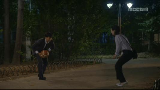 吹けよ、ミプン第15話 ボールで遊ぶキム・ミプンとイ・ジャンゴ