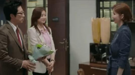 町の弁護士チョ・ドゥルホ第20話 花束を渡すチョ・ドゥルホ