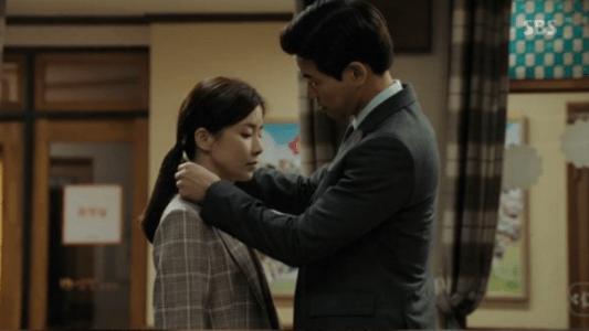 韓国ドラマ「耳打ち(ささやき)」第14話 ネックレスをプレゼントするイ・ドンジュン