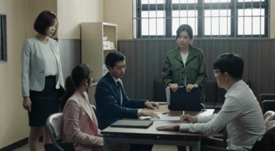 韓国ドラマ「耳打ち(ささやき)」第13話 話をするソン秘書