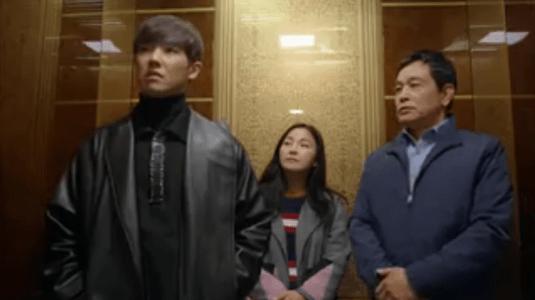 「お父さんが変」第9話 エレベーターに乗るハンス