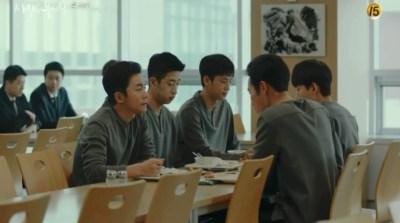 [愛の不時着] 第16話 食事をしながら話す部隊員たち