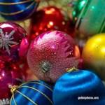 Weihnachtskugeln in Blau, Rot, Gelb und Grün