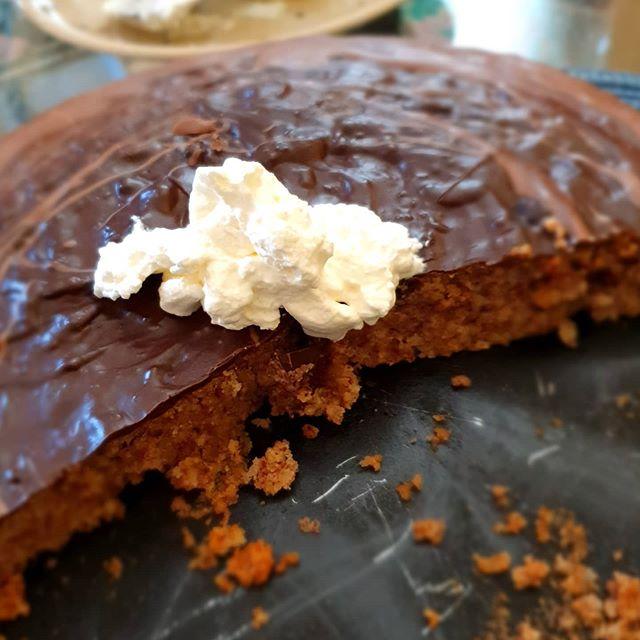 Nußkuchen mit Schokolade und Sahne