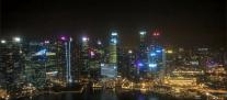 Nachtskyline von der Cé La Vi-Rooftopbar des Marina Bay Sands