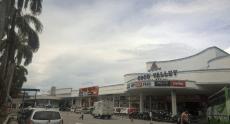 Duty-Free Mall, die es überall auf der Insel zu finden gibt. Gibt jedoch immer den gleichen Plunder zu kaufen - aber tatsächlich richtig günstig, vor allem Alkohol, Zigaretten und Schokolade ist unterdurchschnittlich ausgepreist.