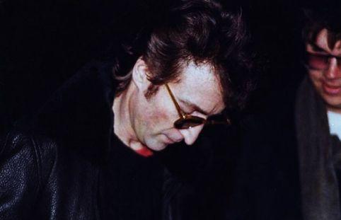 John Lennon le firmó un autógrafo a su asesino. Un fotógrafo registró ese momento. (Dar clic para ampliar)