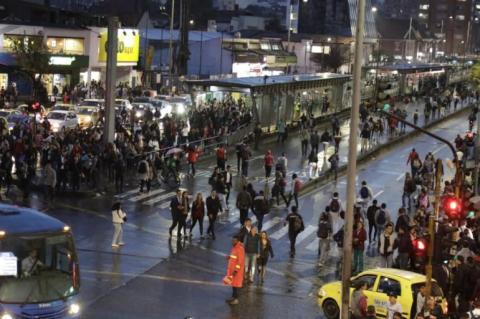 Miles de personas tuvieron que caminar largos trayectos para poder regresar a sus hogares.