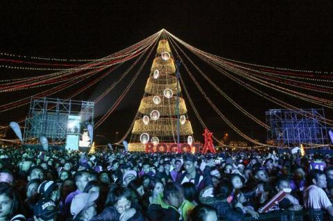 En el Parque El Tunal se prendió la navidad con el encendido del árbol de Navidad mas alto de Colombia, con mas de 50 mts. de altura.