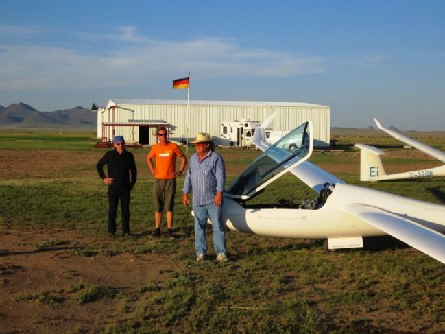 Tilo and Andy Lutz visit a Texan glider field