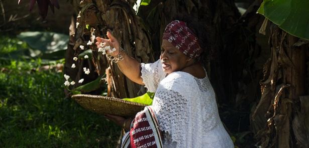 Iyá Vera Soares no quintal do Centro Memorial de Matriz Africana 13 de agosto – Porto Alegre. Foto: Luisina López Ferrari.