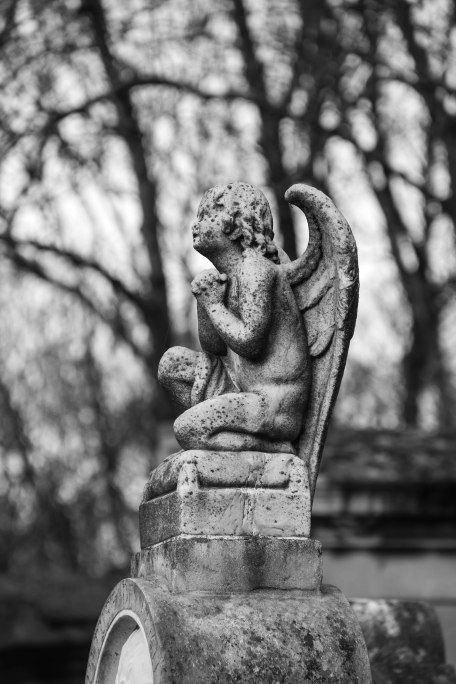 Praying angel, Père Lachaise. Copyright Fiona Michie.