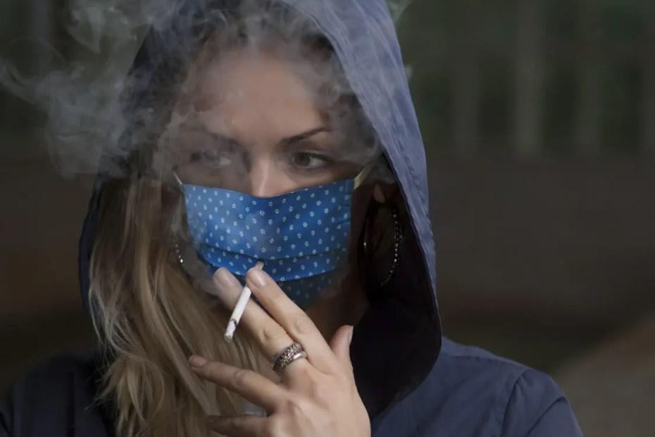 Les masques pour fumer ou manger sont-ils efficaces face à la covid-19 ?