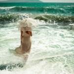 Волны и женщина в платье