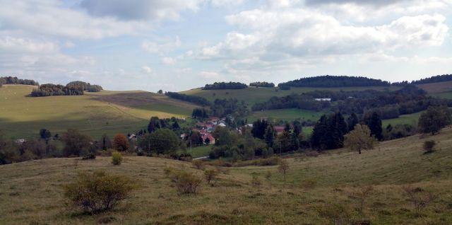 Dedina Ďubákovo v údolí, ktoré mala zaplaviť voda hornej nádrže
