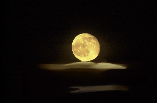 Dime Luna, tu que magníficamente riges las fantasías de mi mundo interior, los sentimientos profundos que me embargan, las intuiciones que no puedo explicar, los miedos irracionales que me asaltan… Dime tu, Madre Luna, ¿cómo distingo lo real de lo irreal, lo que tengo de lo que deseo, lo que está a mi alcance y lo que nunca lo estará?.  Dime, Luna bella, cómo entregarme a la vida y dejar de temer a las sombras, a lo impredecible de un nuevo día, al despertar tras haber tenido un lindo sueño. Dime si todos sienten como yo siento, si todos tienen miedo a cada paso, si todos se sienten solos en un cielo infinito…