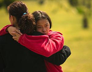 Una de las afectadas abraza a su madre a las puertas del internado. (Foto: AP   Gregory Bull)