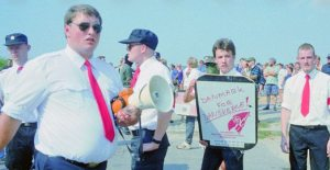 Foto: Jonni Hansen med venner ved Hess-marchen i Roskilde i 1995. Kilde: projekt Antifa: http://projektantifa.dk/nyheder/article/hess-tema-15-ars-fiasko