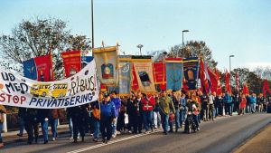 Mange arbejdspladser, klubber og fagforeninger fra ind- og udland støttede strejken, også ved at sende deltagere til blokadevagten. FOTO: Per Benny Paulsen http://www.arbejderen.dk/kronik/ri-bus-strejken-20-%C3%A5r-siden