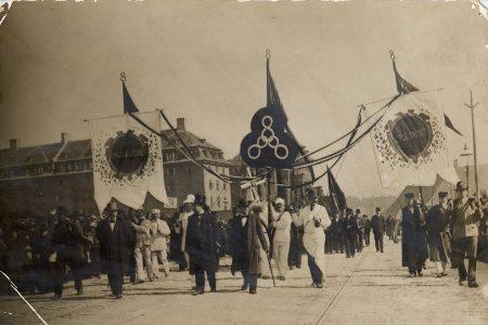 1. maj-optog år 1900. Billede fra Arbejdermuseets site. I midten banner med det historiske 3 x 8-krav: 8 timers arbejder, 8 timers fritid, 8 timers hvile.