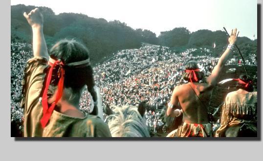 Rebild indianere gør klar til angreb på settlerne. 4. juli i Rebildbakkerne. Foto fra Niels Vest Film.