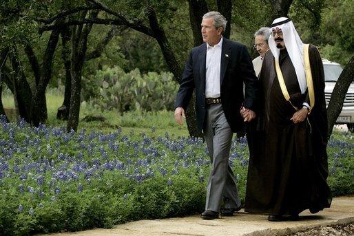 Tætte forbindelser mellem USA og Saudiarabien. Man får helt lyst til at synge med på Keld og Hilda Heicks sang: Vi skal gå hånd i hånd gennem livet du og jeg / knytte kærlighedsbånd, altid følge samme vej / Med den helt rette ånd så bli'r livet en leg. / Vi skal gå hånd i hånd du og jeg. USAs President George W. Bush og Kronprins Abdullah fra det islamistiske Saudi Arabien mødes på Bush's ranch i Crawford, Texas, April 25, 2005. Photo: David Bohrer, White House. Public Domain.