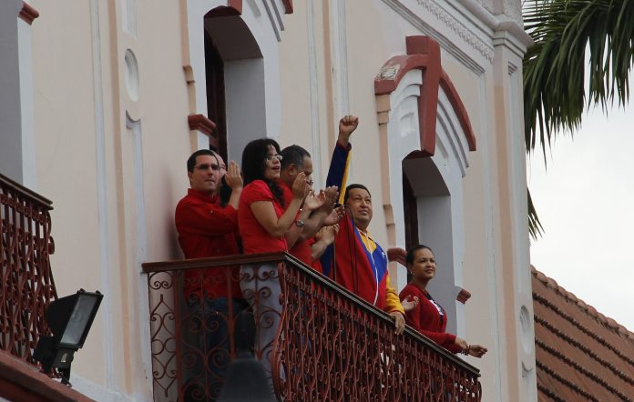 Hugo Chávez taler fra Folkets Balcon (Balcón del Pueblo) d.17 March 2012, 13:28. Source: Flickr. Author: Joe Sasson from Caracas, Venezuela. (CC BY-SA 2.0)