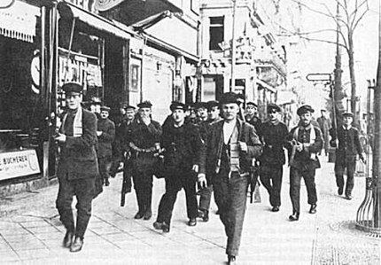 Bevæbnede arbejdere og soldater under lindetræerne i Berlin, november 1918. (Arbejderbevægelsens Arkiv)