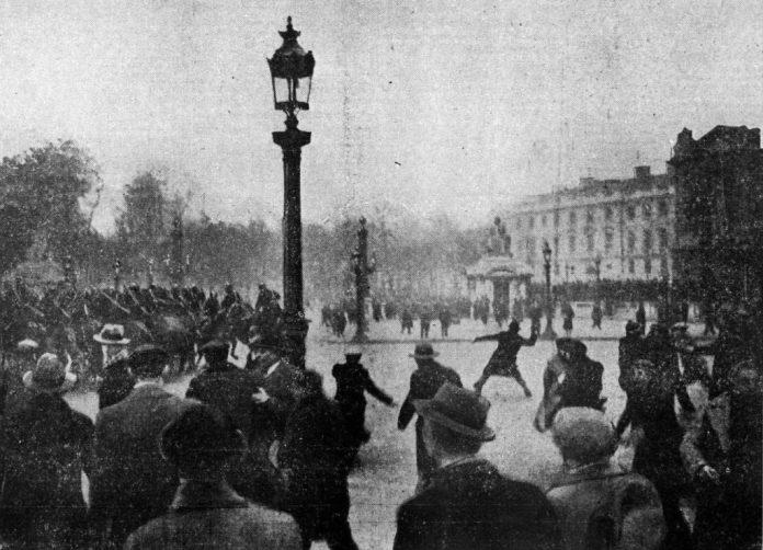 """""""Onsdag [7. februar] er der igen sammenstød om eftermiddagen mellem beredet og bevæbnet politi og demonstranter ved the Place de la Concorde i Paris. Her er et billede taget på det tidspunkt, da rytterne trængte de protesterende tilbage"""". Dato 1934. Kilde L'Ouest-Éclair, republikansk avis om morgenen, nr. 13609, 9. februar 1934.Forfatter Ukendt. Public Domain."""