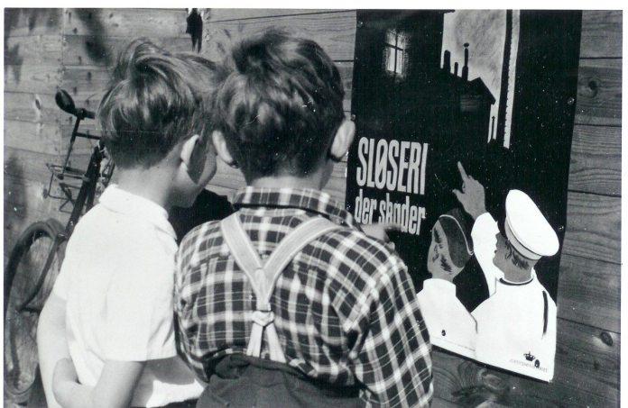 Plakat udsendt af Justitsministeriets propagandakontor i 1940 for at minde folk om mørklægning.