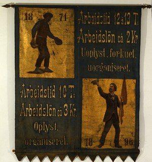 Arbejdsmændene forbundsbanner, der fortæller hvad arbejderbevægelsen havde opnået fra 1871 til 1896 (ABA).