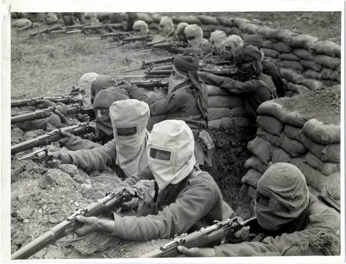 Indiske Sepoy infanterisoldater hentet til skyttegravene forbereder sig på gas angreb. Kilde: British Library.