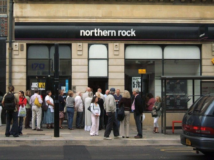 "Small line of customers outside a branch of Northern Rock - a Mortgage specialist and a top UK mortgage lender - in North Street, Brighton, East Sussex. The business (a former ""savings and loan"" type Building Society which was demutualised in 1997) has been affected in part by problems in the US ""subprime"" lending market. Picture taken late on Friday afternoon on 14th September 2007. Source: Northern Rock Queue. Foto: Dominic Alves from Brighton, England. Crative Commons."