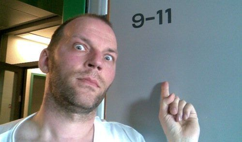Martin på Riget i juli 2009. Det er få dage efter en stor rygoperation, og Martin har netop opdaget sit skumle værelsesnummer...
