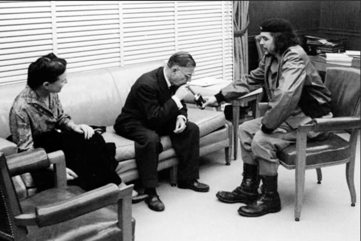 Simone Du Beauvoir, Jean-Paul Sartre og Che Guevara (udenfor billedet Antonio Núñez Jiménez ) samtale på Cuba 1960. Foto: Alberto Korda