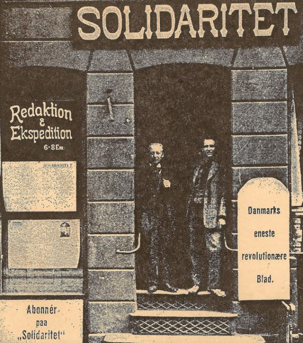 """Illustration: Fra venstre: redaktør Chr. Christensen og speditør Julius Nielsen i døren til """"Solidaritet"""" i Slotsgade 37 på Nørrebro i København, ca. 1912."""