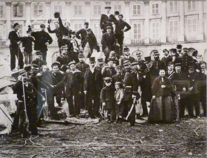 """Fra nedtagningen at den kejserlige Vendome Søjle med Napoleon på toppen, som af Pariserkommunen blev betragtet som """"et symbol på brutalitet, forherligelse af militarisme, det modsatte af folkeretten og sejrherrenes permanente fornærmelse af de besejrede, et evigt attentat mod det ene af republikkens 3 pricipper, broderskab."""" (fra Decret af Pariserkommen) Foto: Bruno Braguehais (1823–1875), maj 1871. Kilde: Luminous-Lint Public Domain"""
