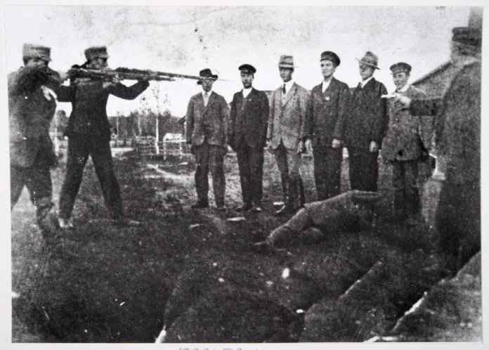 Henrettelsespeloton i nærheden af Ekenäs i 1918, digitalt billede af et sort-hvidt foto. Foto: Nationalstyrelsen