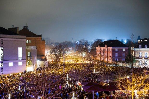 """Den """"nationale samlings"""" mindehøjtidelighed 16. februar 2015 ved Gunnar Nu Hansens Plads/Krudttønden (foto: Mark Knudsen/Monsun)."""