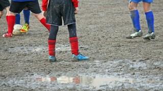 【サッカースパイクの洗い方】雨や泥で汚れた時のお手入れ方法!