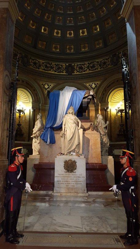 Tombeau du Général San Martin gardé par deux soldats _ Photo de Rémy