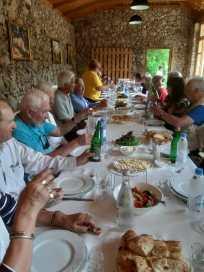 Au menu : comme d'habitude salade de tomates et concombre plus petites portions de fromage, puis délicieuse omelette aux champignons sauvages récoltés dans la montagne toute proche.