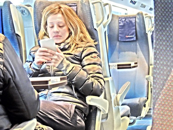 Las mujeres se conectan más a través de móviles que los hombres.