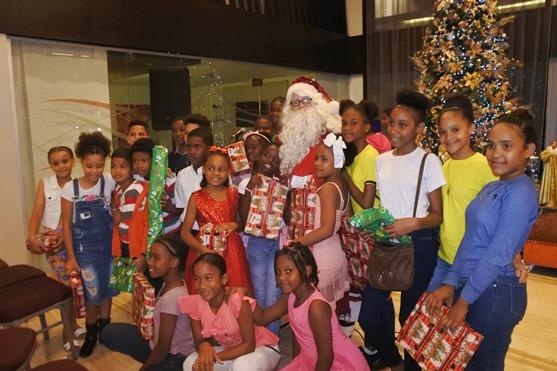 iños de Children International República Dominicana comparten con Santa Claus