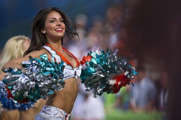 cheerleaders-654359_640