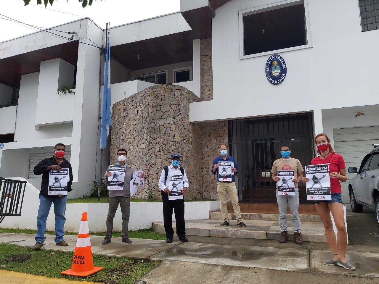 Exigen libertad para Sebastián Romero  en embajada de Argentina