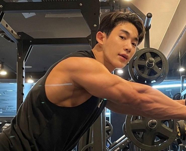 Wonho works out